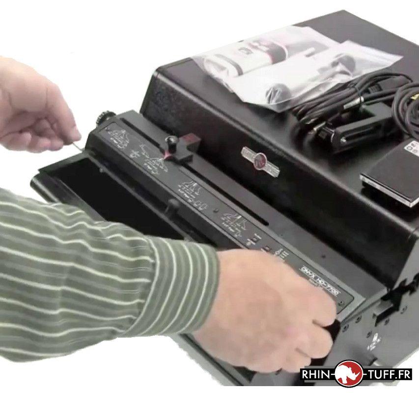 Vidage de la corbeille à confettis sur le perforateur électrique Onyx HD7700 Ultima
